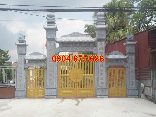 Cổng nhà thờ Thiên Chúa bằng đá, cánh cửa đồng